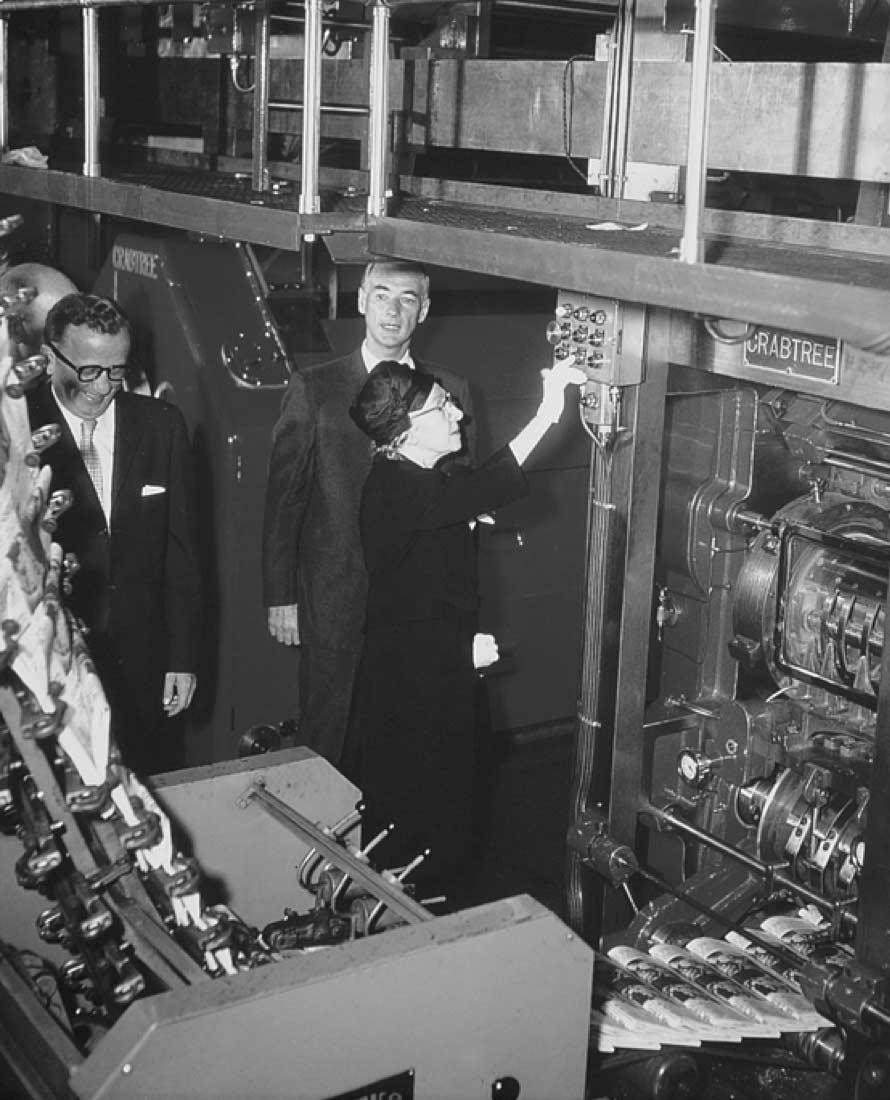 Mme Berthiaume-Du Tremblay à l'inauguration des nouveaux locaux de La Presse en 1959